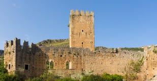 城堡的遗骸在Ninfa庭院里  库存图片