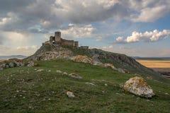 城堡的遥远的看法在石头后的 库存图片