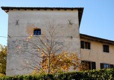 城堡的门面与一个小窗口的在城堡Strassoldo弗留利(意大利) 库存图片