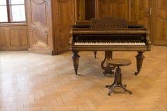 城堡老钢琴 免版税库存图片