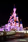 城堡迪斯尼乐园阐明了晚上巴黎 库存照片
