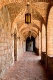 城堡酿酒厂砖被成拱形的走廊 免版税库存图片