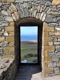 城堡门道入口和石头框架 图库摄影