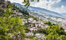 从城堡阿尔巴尼亚的Gjirokastra镇都市风景顶视图 库存照片