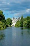 城堡附近的河在伦敦 免版税库存图片