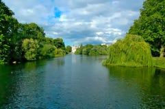 城堡附近的河在伦敦 免版税库存照片