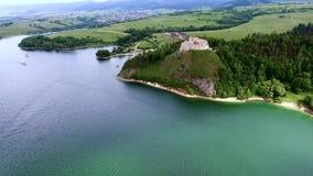 城堡鸟瞰图在湖银行的 股票视频