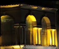 城堡类型发光与光的建筑 免版税库存图片