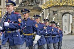 城堡仪式更改的卫兵布拉格 免版税图库摄影