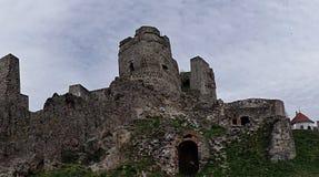 城堡Levice,斯洛伐克的哥特式部分,反对春天蓝天 库存图片