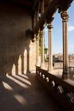 城堡Olite拱廊, Navarra,西班牙的影子 库存图片