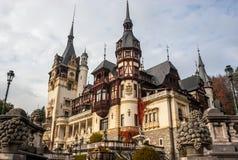 城堡peles罗马尼亚sinaia 阴云密布在一美好的秋天天 库存图片