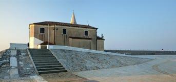 城堡Santuario della玛丹娜dell& x27; 安吉洛在日出的考尔莱,意大利 免版税库存图片
