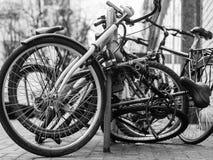 城市â€在街道上的‹自行车 库存图片