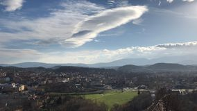 城市†‹â€ ‹Jelenia gora波兰,山和云彩的看法 库存图片