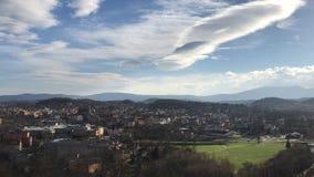 城市†‹â€ ‹Jelenia gora波兰,山和老镇的看法 免版税库存图片