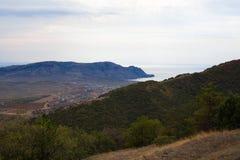城市†‹由海的†‹在山附近在美丽的天空下 图库摄影