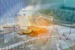 城市、图表、钞票和硬币金钱两次曝光  免版税图库摄影