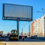 城市、大城市的街道和一个大广告广告牌 在广告牌的拷贝空间 库存图片