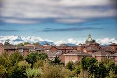 城市、山和天空 免版税库存照片