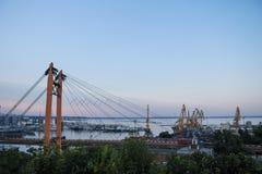 从城市、起重机和集装箱船看见的傲德萨货物港在背景中能被看见 库存图片
