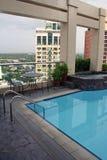 城市下潜高马尼拉池屋顶游泳 库存图片