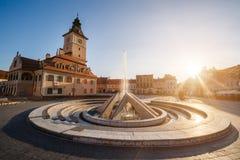 城市中心广场(皮亚塔Sfatului)有镇议会大厅塔的,喷泉早晨日出视图,地点布拉索夫,特兰西瓦尼亚, 图库摄影
