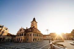 城市中心广场(皮亚塔Sfatului)有镇议会大厅塔早晨日出视图,地点布拉索夫,特兰西瓦尼亚,罗马尼亚 库存照片