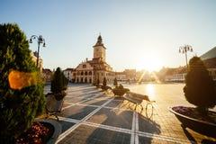 城市中心广场(皮亚塔Sfatului)有镇议会大厅塔早晨日出视图,地点布拉索夫,特兰西瓦尼亚,罗马尼亚 免版税库存图片