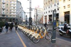 城市为租务骑自行车在米兰,意大利 免版税库存照片
