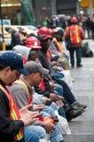 城市乘员组新的街道texting的工作者约克 库存照片