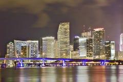 城市五颜六色的佛罗里达迈阿密晚上&# 免版税库存照片