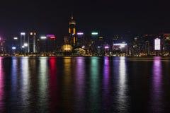 城市五颜六色的样式的夜风景在水的 图库摄影