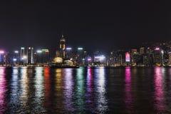 城市五颜六色的样式的夜风景在水的 库存图片