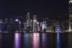 城市五颜六色的样式的夜风景在水的 免版税库存照片