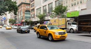 城市交通在曼哈顿在一个晴天 库存照片