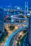 城市交通夜视图与都市风景的在上海 库存照片