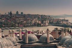 城市伊斯坦布尔,从加拉塔塔的Bosphorus桥梁看法  圆顶外面看法在无背长椅建筑学的 免版税库存照片