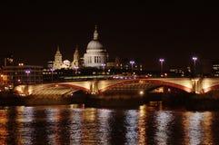 城市伦敦晚上场面 图库摄影