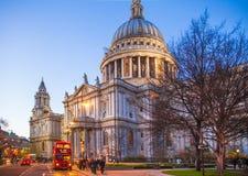 城市伦敦 圣保罗大教堂和红色英国公共汽车在黄昏 库存图片