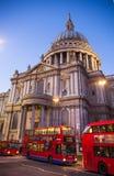 城市伦敦 圣保罗大教堂和红色英国公共汽车在黄昏 免版税库存照片