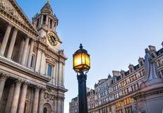 城市伦敦 圣保罗大教堂和红色英国公共汽车在黄昏 免版税库存图片