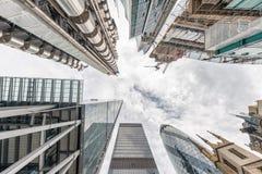 城市伦敦 地平线如被看见从街道 向天空看法 Busin 免版税图库摄影