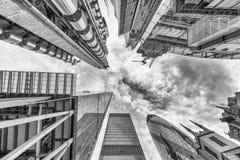 城市伦敦 地平线如被看见从街道 向天空看法 Busin 库存照片