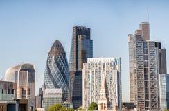 城市伦敦 大厦和地平线在一个晴天 库存照片