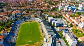 城市体育场鸟瞰图在有奇迹正方形的比萨  图库摄影