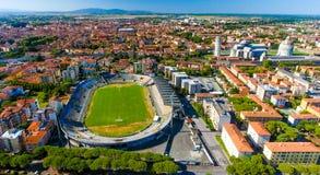 城市体育场鸟瞰图在有奇迹正方形的比萨  免版税图库摄影