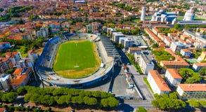 城市体育场鸟瞰图在有奇迹正方形的比萨  库存图片