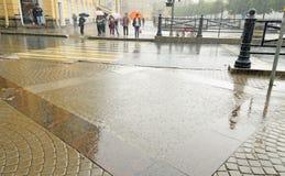 城市倾吐雨 图库摄影