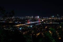 城市光和夜视图在伊斯坦布尔,土耳其上 7月15日迫害桥梁- Bosphorus brid 免版税库存图片